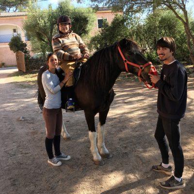 Pequeños... ¡pero también mayores! ¡Son múltiples los beneficios de las Terapias asistidas con caballos! (y también con perros)